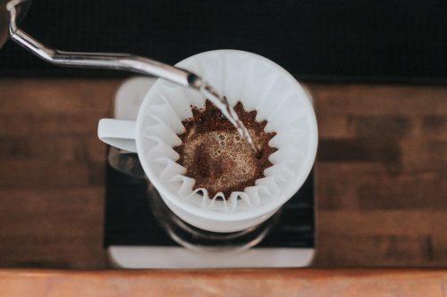 یک دستگاه قهوه با یک کتری با گردن غاز بریزید